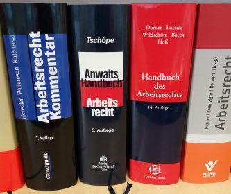 Auswahl Bücher Arbeitsrecht im Regal