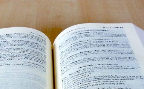 Urheberrecht aufgeschlagen in Gesetzestext