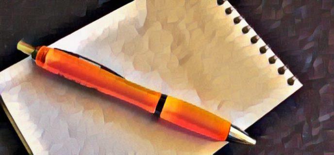 Kündigung durch den Arbeitgeber und Aufhebungsvertrag - Notizblock mit Kugelschreiber